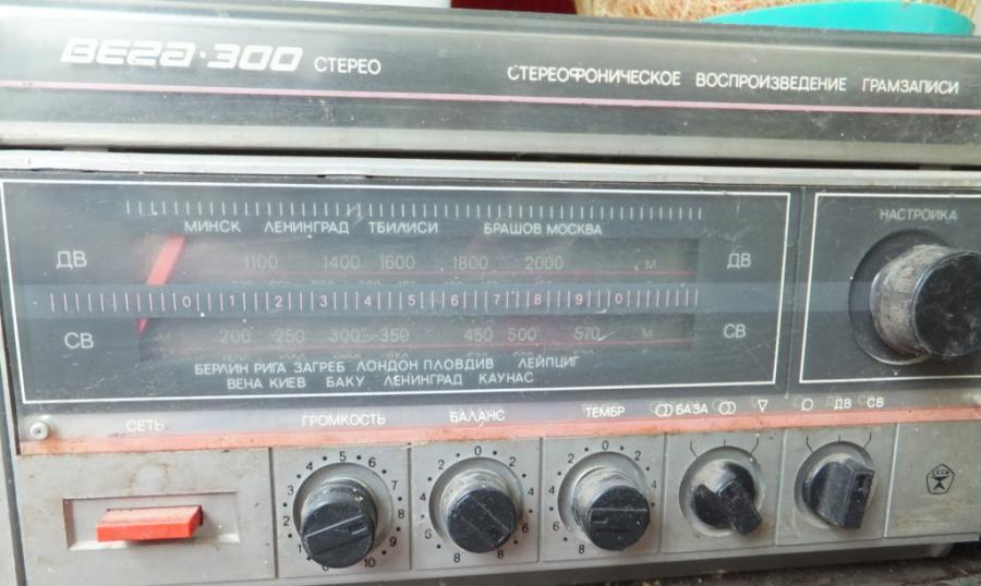 продаю любителям раритетной техники рабочий катушечный магнитофон АСТРА-110-1 1988 г.в. с паспортом - за 700 руб...