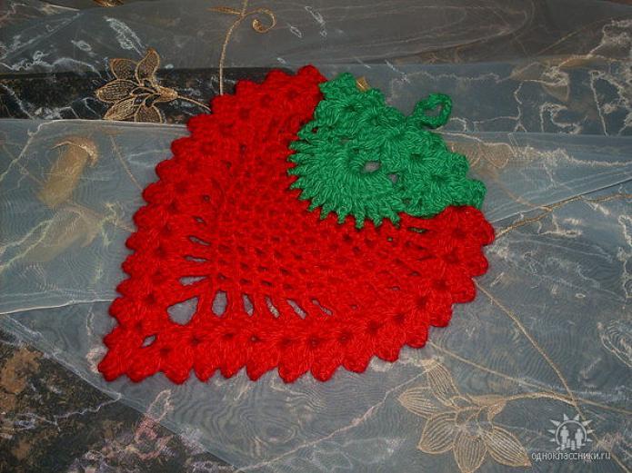 Прихватка ягодка смотреть ролик видео как вязать крючком салфетку ягодку клубничку вязание крючком прихватки ягодки