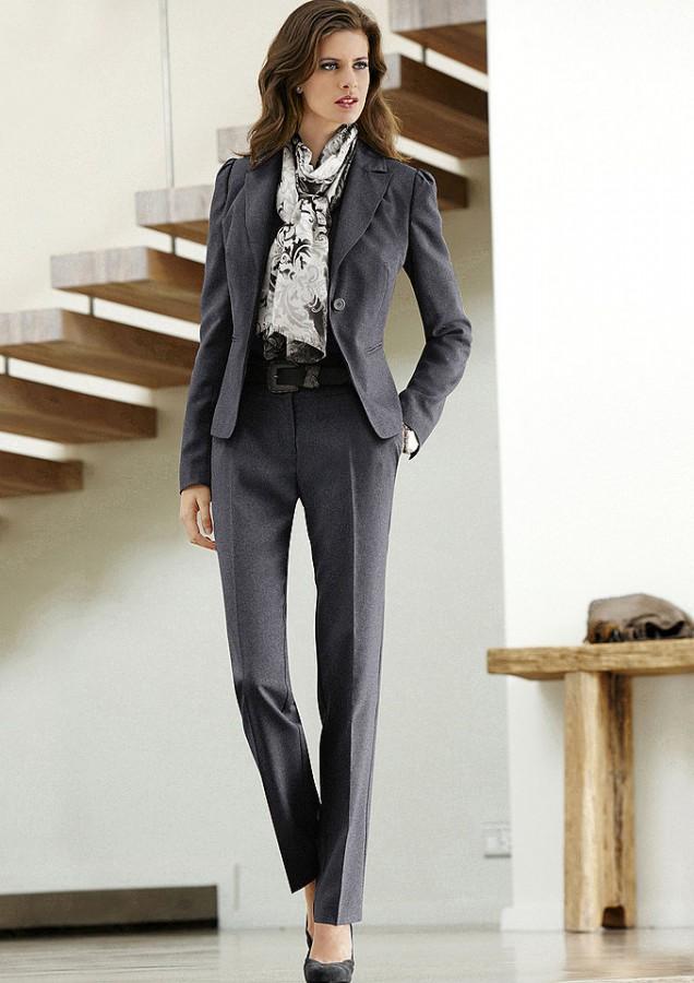 Брючный костюм может выглядеть строго, а может и весьма женственно- все... Женские брючные костюмы- образец строгой