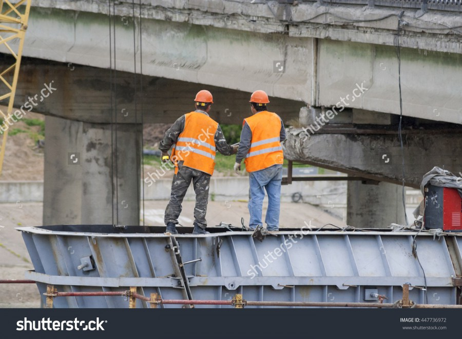 Присоединённое изображение:  - stock_photo_workers_assemble_the_bridge_structure_engineers_discussing_work_plan_447736972.jpg  - Размер: 582,27кб, Скачано: 117