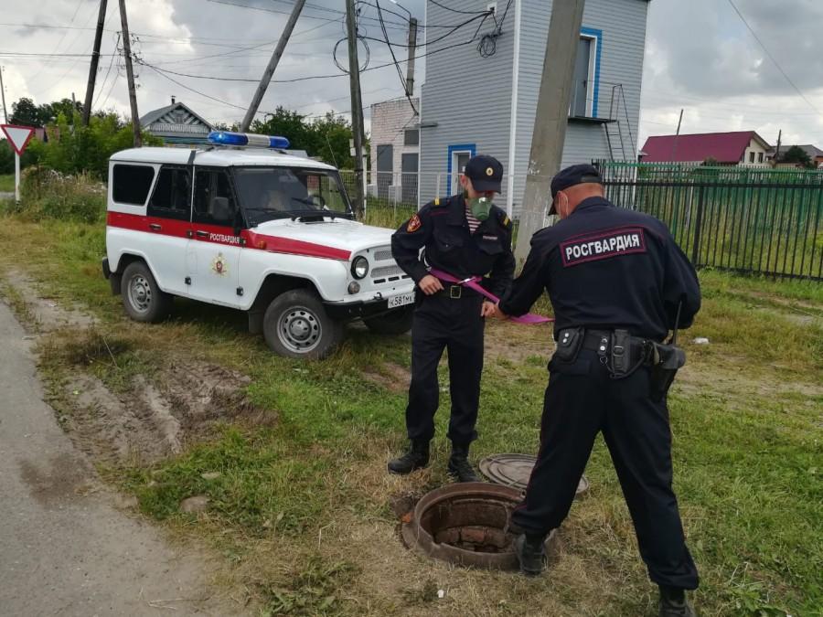 В Вурнарах росгвардейцы спасли двух рабочих, отравившихся газом в канализационной яме