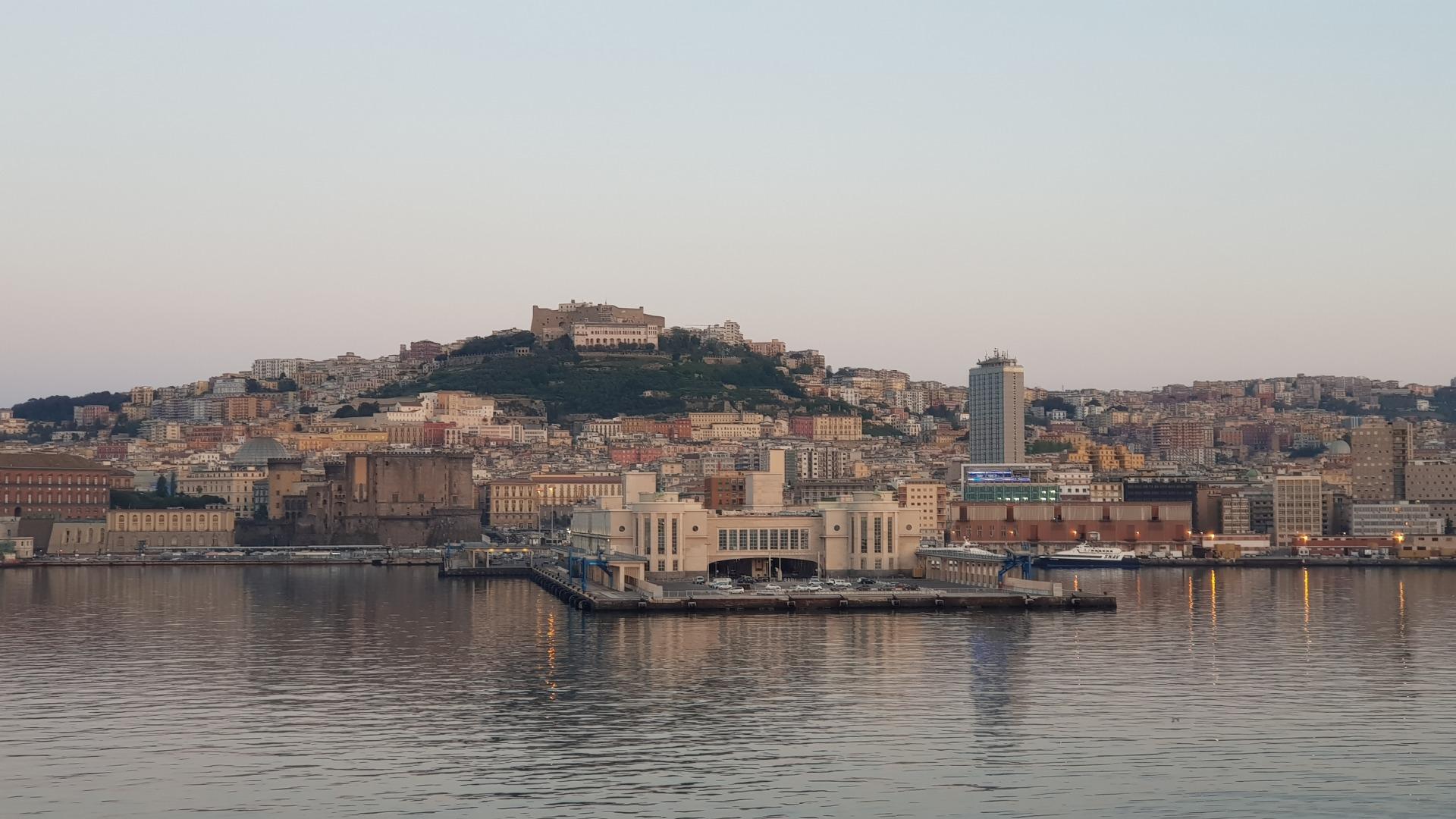 Вид на Неаполь ранним утром