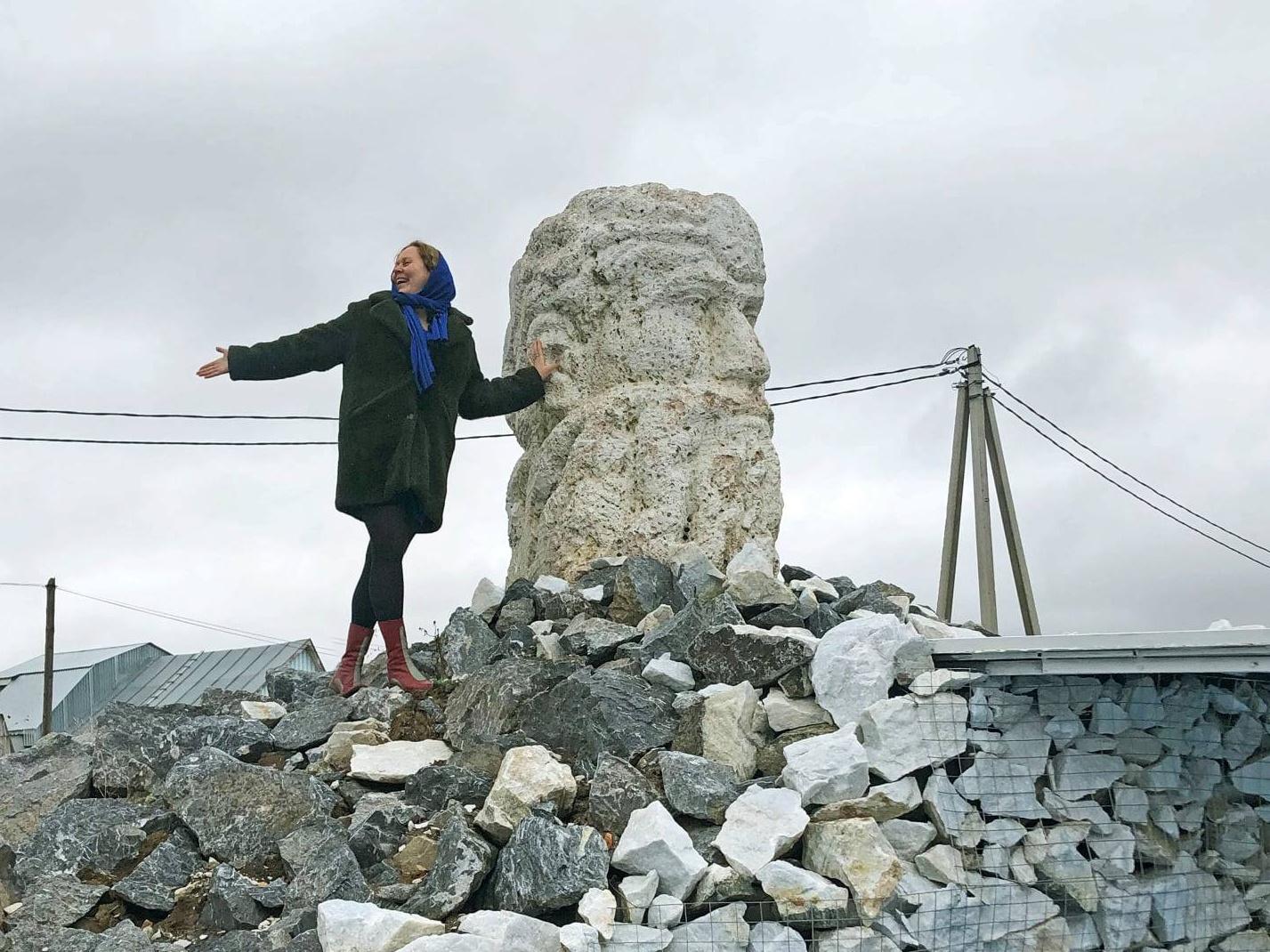 На фото: Галина Вернер, дочь народного скульптора Сергея Кадикина, автора головы Шупаша.