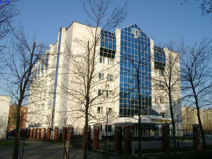 Здание на проспекте Ивана Яковлева планировалось для АТС. Однако, цифровые АТС требовали гораздо меньше места, и здесь разместилось Чувашэнерго. Фото 2004 года.