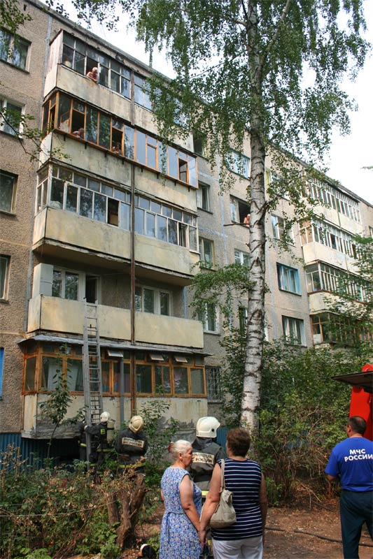 Тушение пожара на ул. Гузовского, 22, вероятно, от окурка, брошенного в окно