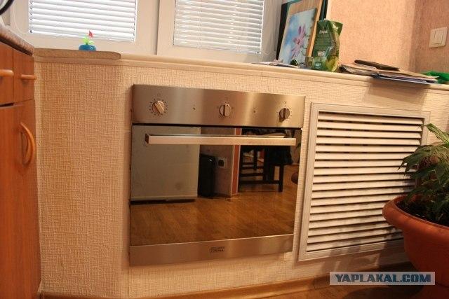Дизайн холодильника под окном на кухне фото