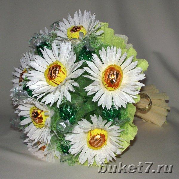 Цветы из конфет ромашка