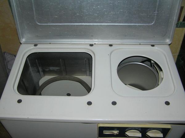 Продаю стиральную машину Волна-2М бу с центрифугой, режим отжима, вертикальная загрузка, бак объемом 36 литров.