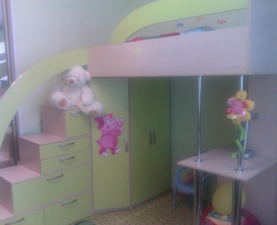 Продаю двухярусную детскую кровать .На первом ярусе стол письменный...