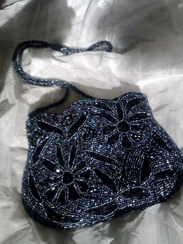 Продаются маленькие сумочки (скорее клатч) полностью из бисера (серо - чёрного и полностью чёрного).